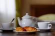 Завтрак с кофе и круассанами в гостиничном номере