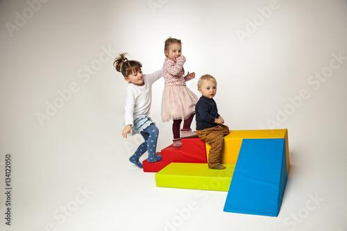 Fotografie, Obraz  drei Kinder spielen mit Bausteinen