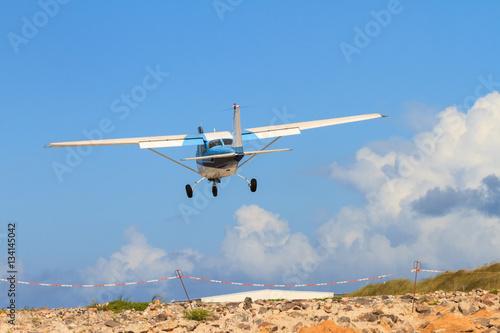 Fotografie, Obraz  Sportflugzeug Sekunden vor der Landung