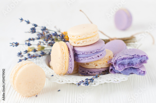 Photo  Macaroons with and bouquet of lavender flowers