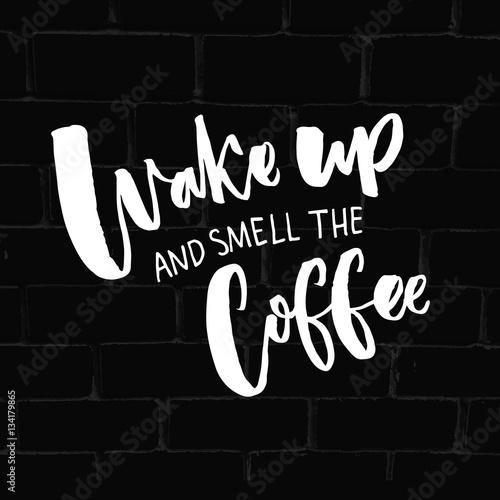 Fotomagnes Obudź się i poczuj zapach kawy. Inspirujący cytat o kawie i poranku. Typografia mówi na czarnym tle cegła