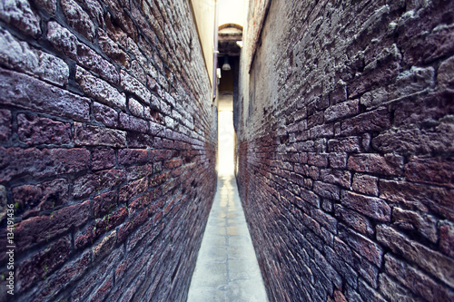 Photo Stands Narrow alley Venice, Italy