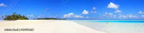 Baigneuse sur lagon bleu des Maldives Wallpaper Mural