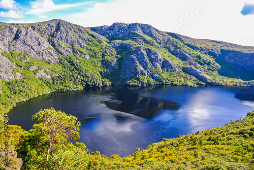 Spectacular view over glacial lake and rugged mountains at Cradle Mt - Lake St C Canvas-taulu