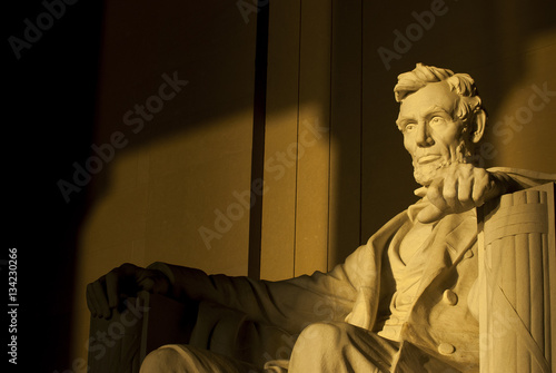 Fotografiet  Statue of Abraham Lincoln in brilliant warm dramatic morning sunlight
