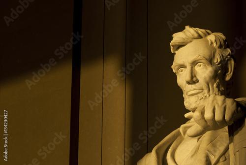 Fotografia  Statue of Abraham Lincoln in brilliant warm dramatic morning sunlight