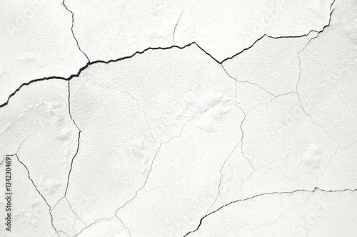 biala-sciana-betonowa-powierzchnia-z-peknieciami