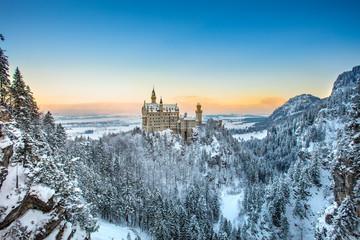 Dvorac Neuschwanstein na zalasku sunca u zimskom krajoliku. Njemačka