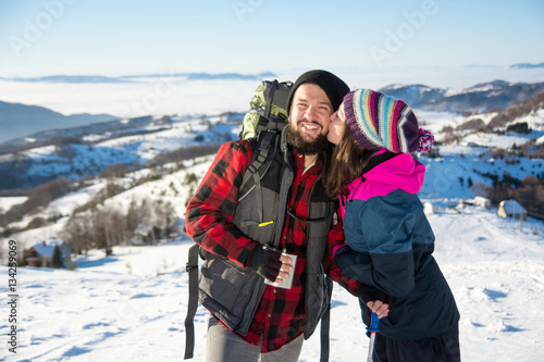 Photo  Couple kissing on the snowy mountain
