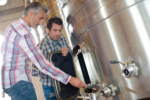 Fotografía  cleaning a vat