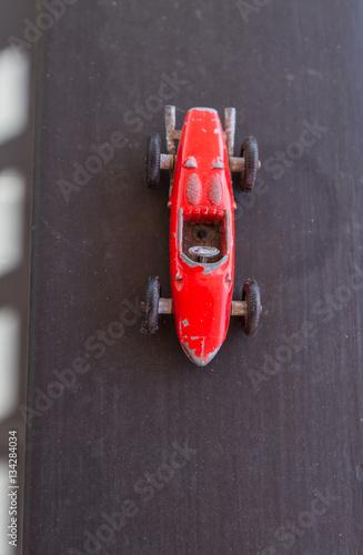 Zdjęcie XXL Stara czerwona formuła jeden samochód miniaturowy, vintage i kolekcja, dotyk nostalgii