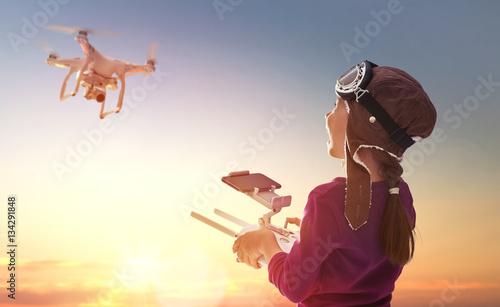 dziecko-z-dronem-i-czapce-pilota-oswietlone-promieniami-slonca