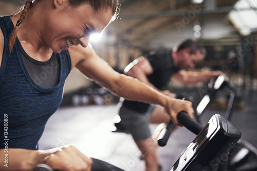 Fotografia  People doing trainig on exercycle in gym