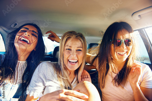 Fotografie, Obraz  Three vivacious girlfriends on a road trip