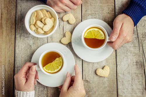 gorace-filizanki-herbaty-z-cytryna-w-rekach