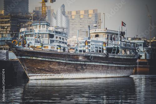 Photo  Loading a ship in Port Said in Dubai, UAE