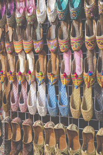 Photo  Rows of typically oriental shoes at the market in Dubai