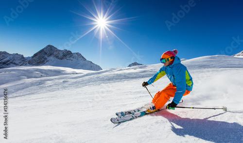 Cuadros en Lienzo  Skier skiing downhill in high mountains