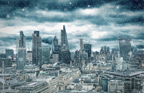 Recess Fitting London Skyline der City of London bei Schneesturm im Winter