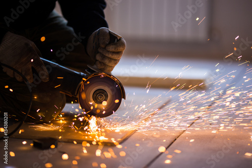 Foto Cutting metal with angle grinder.