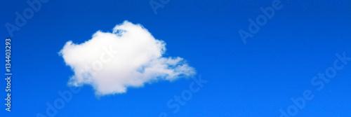 Foto  Ciel bleu avec nuage isolé