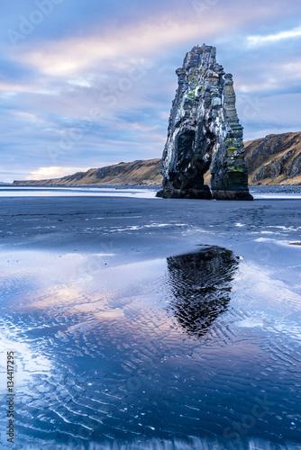 Dinosaur Rock Beach in Iceland Billede på lærred