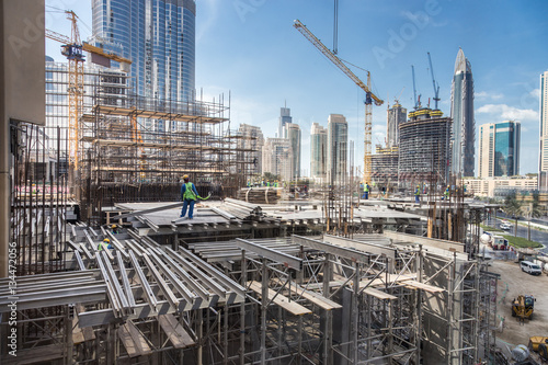 Fotografía  Laborers working on modern constraction site works in Dubai