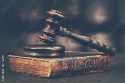 Photo Law gavel on old brown leather book