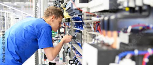 Cuadros en Lienzo Elektroniker montiert Anlage in einer Maschinenbaufabrik