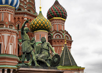 Fototapeta na wymiar View of statue the Monument to Minin and Pozharsky in front of St. Basil's Cathedral. Multicolored domes top this 16th-century now contains a museum of the church.