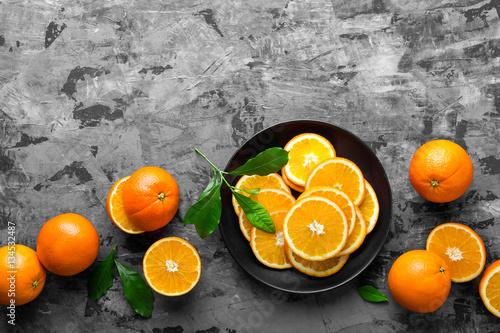 pomarancze-i-plasterki-na-marmurowym-blacie
