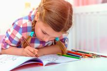 Kind Ist Konzentriert Beim Malen