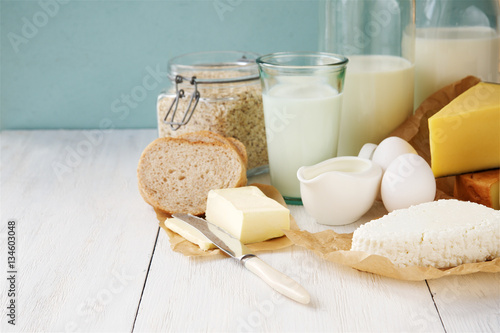 Poster Produit laitier Breakfast products. Milk, oats, butter, yogurt, cottage cheese, cheese and bread