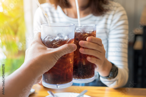 Fotografía  Men and Woman hand giving glass of cola.Glass of cola ,Soft drin