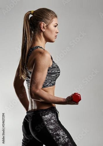 dopasowanie-dziewczyna-trening-z-hantle-pojecie-sportu-odchudzania-i-stylu-zycia