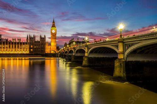 Plakat Big Ben, Houses of Parliament i Westminster Bridge, Londyn w nocy.