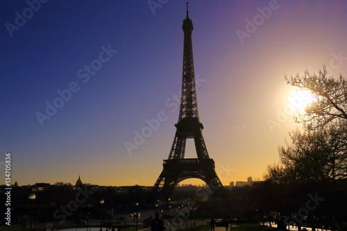 Foto op Aluminium Eiffeltoren Au moment du soleil couchant à Paris, France