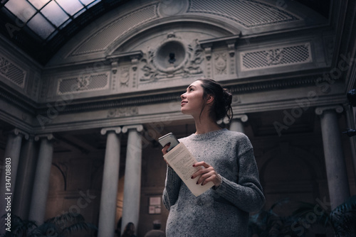 Papel de parede Portrait of a young attractive woman visiting museum or gallery