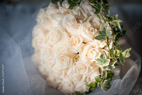 Bouquet Sposa Rotondo.Bouquet Sposa Rotondo Di Boccioli Di Rose Panna E Tralci D