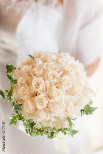 Bouquet Sposa Con Rose.Sposa Con Bouquet Rotondo Di Boccioli Di Rose Panna E Tralci D