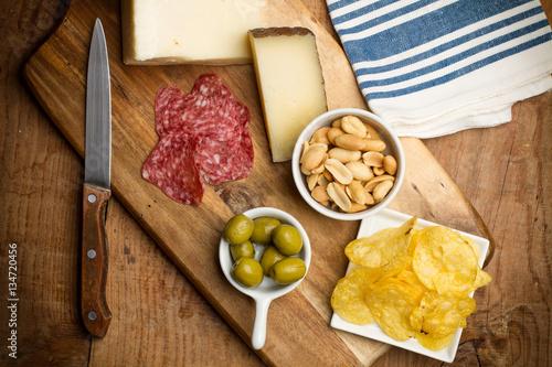 Tuinposter Voorgerecht Aperitivo, salchichón y quesos