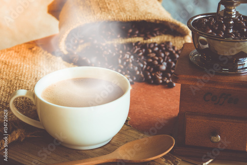 Cadres-photo bureau Café en grains A cup of black coffee in white cup with coffee bean in sack bag