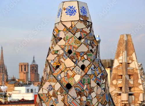 Farbenfrohe Schornsteine mit wundervoller Aussicht auf dem Dach von Gaudis Palau Güell