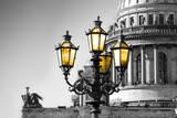Petersburg. Czarno-biały widok katedry Świętego Izaaka w Sankt Petersburgu z kolor vintage lampy ulicznej z żółtym światłem - 134740025
