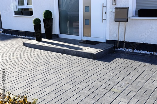 Fotografía  Modern gepflasterter Eingangsbereich an Wohnhaus