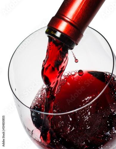 wlewanie-czerwonego-wina-do-kieliszka-zblizenie