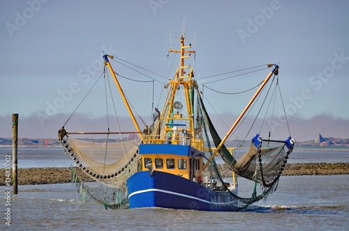 Spoed Foto op Canvas Noordzee heimkehrender Krabbenkutter im Wattenmeer vor Neuharlingersiel,Nordsee,Ostfriesland,Deutschland