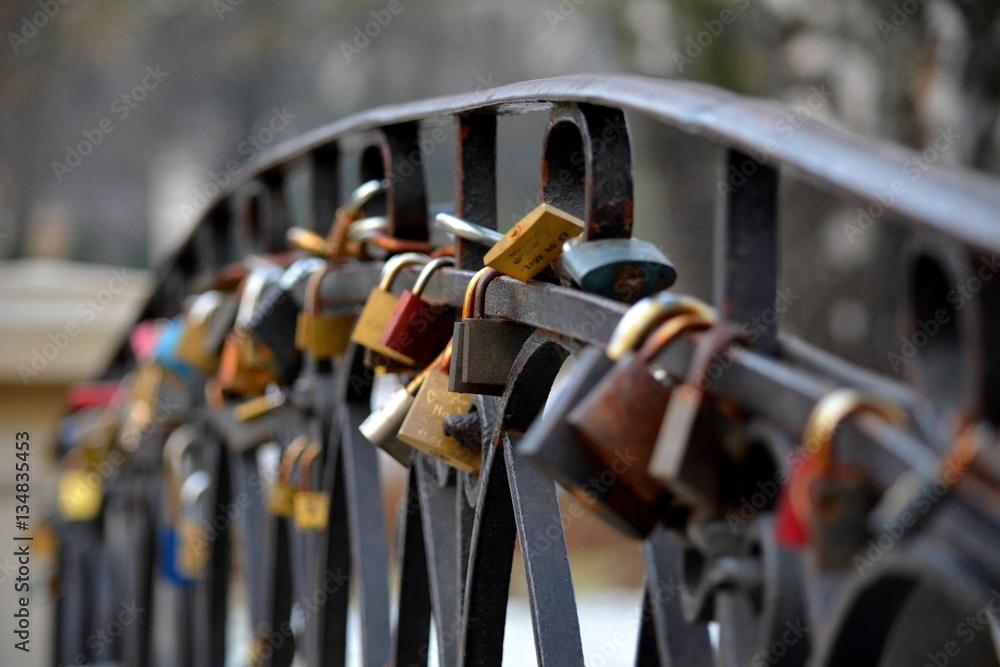 Fot. Konrad Filip Komarnicki / EAST NEWS Warszawa 04.02.2015 Klodki na poreczy mostka w Parku Ujazdowskim.