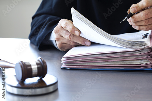 Fotografía Judge with gavel on table