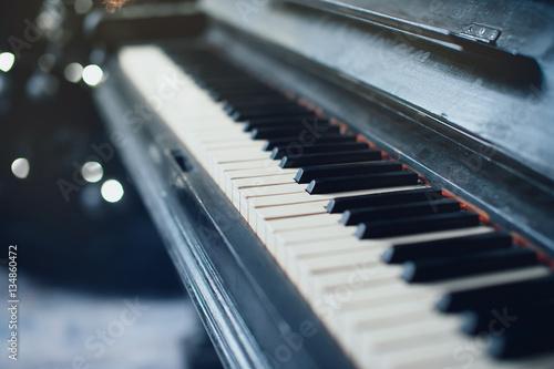 Zdjęcie XXL Vintage stary fortepian. Zbliżenie klawiszy klawiatury